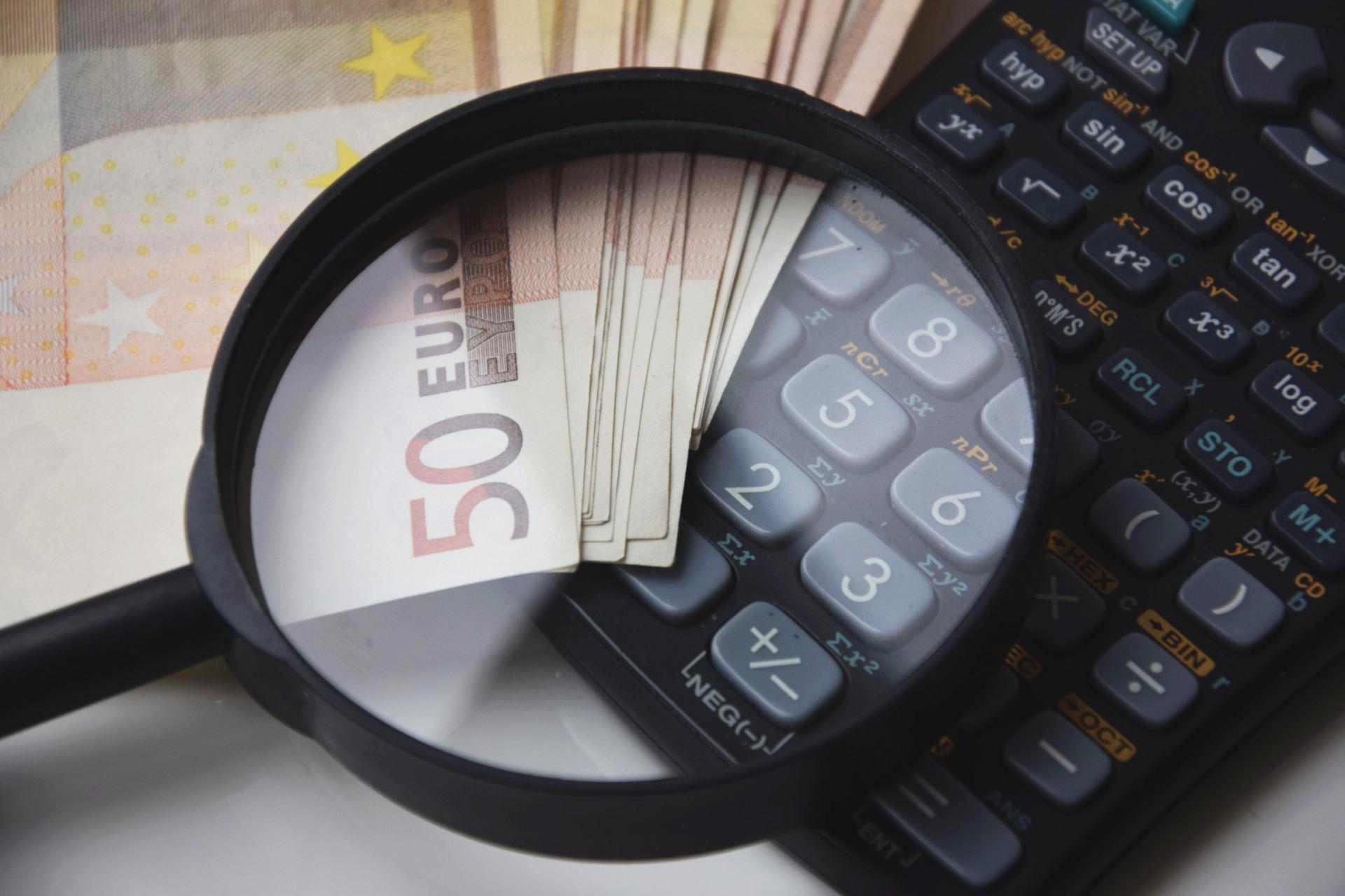 Nachzahlungen - Euro, Lupe